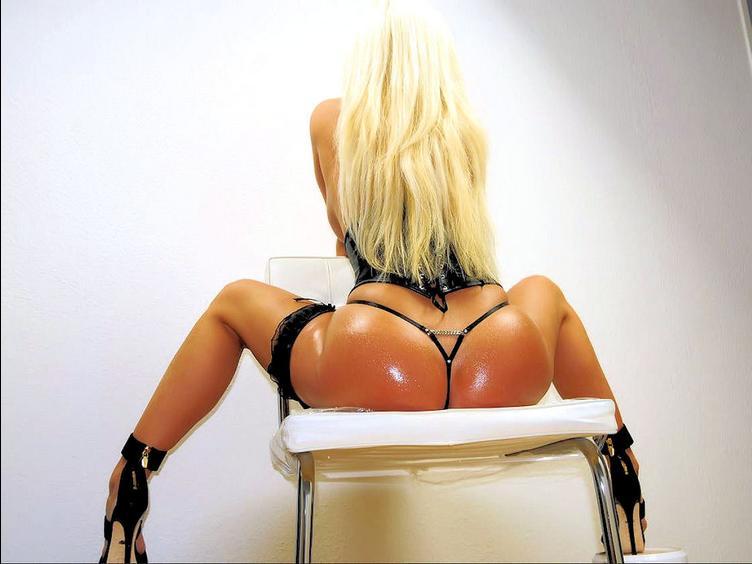 Sexy Blondine wird die vor der Live Cam zeigen was ein geiles Camgirl drauf hat